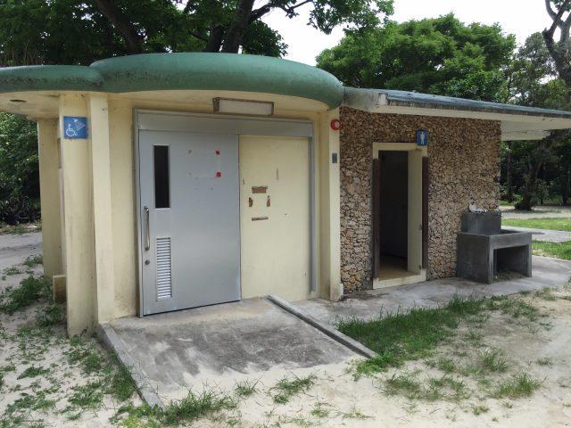 米原ビーチの駐車場、トイレ、売店勿論、シャワーや キャンプ施設