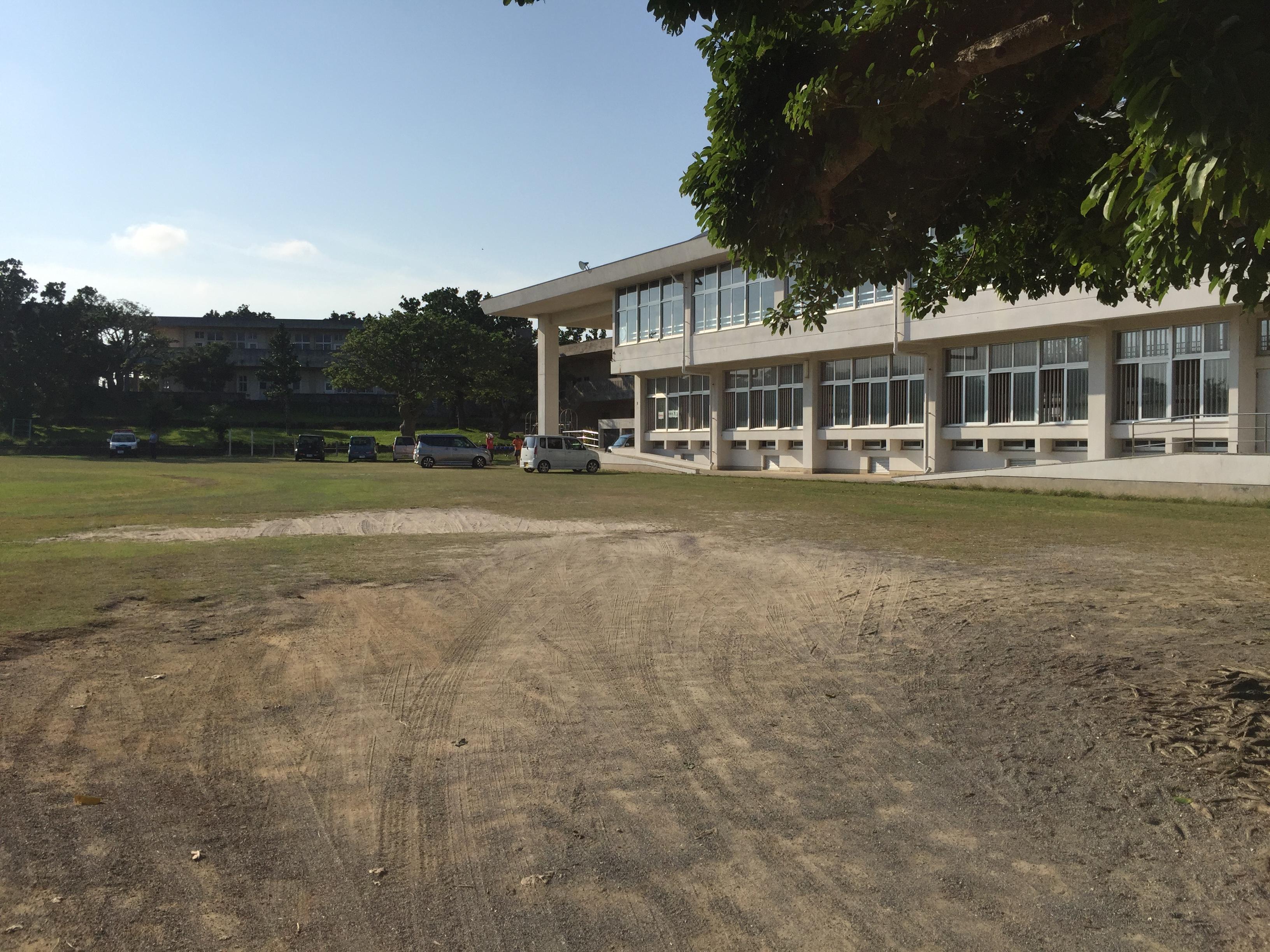 白保小学校の体育館とグランド