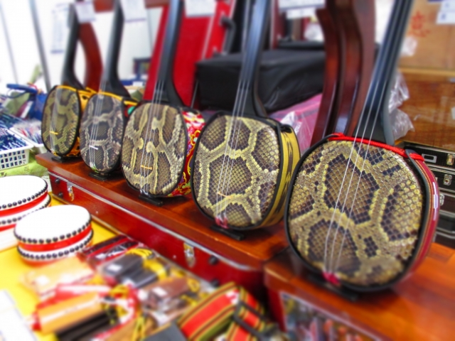 三線は中国福建省で生まれた「三弦」という楽器