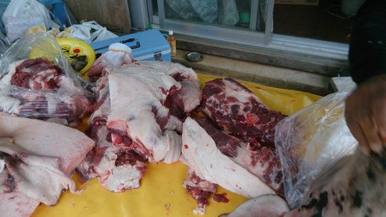 骨を抜いた状態での豚はベーコン作り