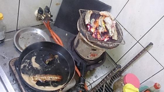 醤油ベースの甘いタレで煮込み、ウナギの味を抽出