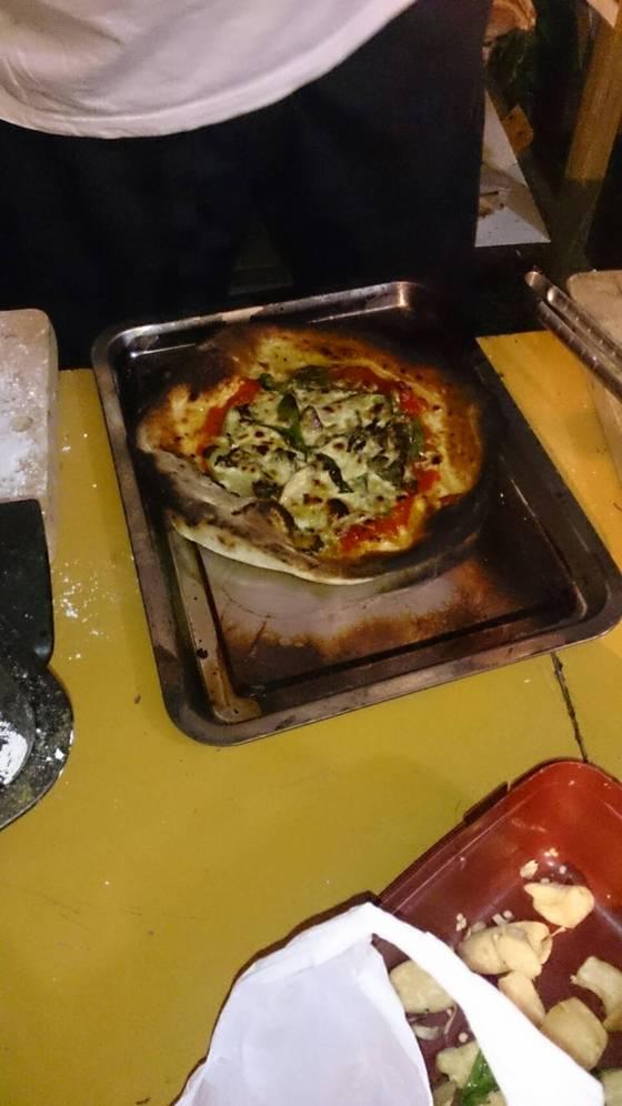出来上がりピザ、少し焦げている